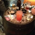 もりわき酒店 - 酒樽がテーブルです。