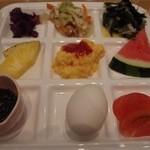レストラン サンピア - 左上から紅芋のサラダ,チャンプルー,海藻サラダ, パイナップル,スクランブルエッグ,スイカ, もずく酢,ゆで玉子,トマト。