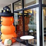 21418131 - 併設のカフェとハロウィンのディスプレイ