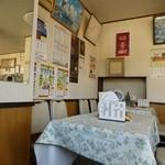 いこい食堂 - こういうテーブル席が8つ