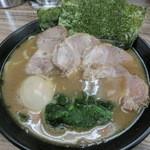 ラーメン武蔵家 - チャーシュー麺並盛+味玉!油少な目