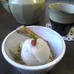 自然食 ホロ - ホロのアイスクリームとビワ茶