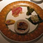 ダイニズ・テーブル - 前菜5種もり(甘酢キュウリ、クラゲ大根、腸詰め、ナスニンニク、蒸し鳥ネギソース)