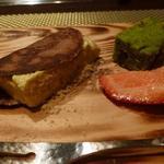 朱藏 - デザートはピスタチオのアイスクリームのチュイール巻と末茶のフィナンシェ、苺アップ