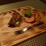 朱藏 - デザートはピスタチオのアイスクリームのチュイール巻と末茶のフィナンシェ、苺