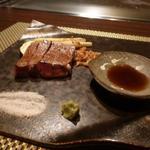 朱藏 - 鹿児島さくら牛の鉄板焼きサーロインステーキ 藻塩、山葵添え