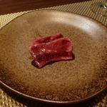 朱藏 - 鹿児島さくら牛のタタキ 赤ワインソース