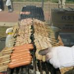 炭火串焼うえ野 - 料理写真:一生懸命焼いてます。今日は暑いのに大変だ。