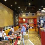 セガフレード・ザネッティ  - 壁に沿ってカフェ・テーブル