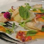 シェ・モンピエール - アントレ?サーモンマリネとチーズのラビオリ。ラビオリはジャガイモで作られており、周りには多くの海鮮が散りばめられている。