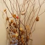 宝泉院 - 廊下のあちらこちらに、活け花や飾りがあります、ここにも