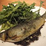 リエーブル - 「和歌山産 子持ち鮎のコンフィ」:鮎の身がもつ苔の移り香や 肝の苦味を充分にたたえ。 細やかな卵がぎっしりと詰まって 塩焼きとは違う、しなやかな香ばしさ♪