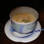 赤坂 津つ井 -  コーンクリームスープです。ベーコンと玉ねぎが美味さを引き立てています。れんげでいただくのが津つ井流です。