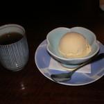 赤坂 津つ井 - バニラアイスクリームとお茶です。アイスクリームは、バニラビーンズ入りで美味しいです。