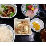 万徳 - ★豚角煮+刺身定食