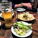 しゃべりバー酒場 ぱぐぱぐ - 生ビール(ふたくち飲みました)& お通し(パリパリワンタンの野菜サラダ)