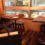 パスタバール タスパ - 二階席はテーブル席。
