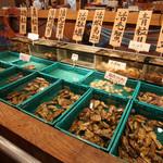 函館市場 海厨房 - 生簀には函館直送の新鮮な貝
