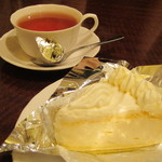 粉屋 - 食後にケーキセットをつけてもらいました。「レアチーズケーキ」は、クリームチーズです。