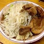 豚親分 - ラーメン中大650円+ニンニクアブラ(2013/9)。油分少なく、甘辛い醤油スープはインスパイアと割り切れば最高に美味!近接する「豚星。」とはベクトルが異なり、再評価されるべき真心の一杯。