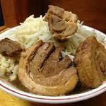 豚親分 - やわらかいけど出し殻感も感じる二郎の豚とは異なり、醤油スープの旨味が芯まで染み込んだホロホロのロール豚。肉厚もイイ感じ!