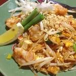 アジアンキッチン サワディー - パッタイ。麺がもちもち。小エビの香りがよい。