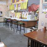 きりや - 福岡市西区姪浜で人気の中華そば屋さんと聞いて訪店しました。       食堂風の店内。       カウンター席とテーブル席があります。