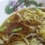 きりや - 麺は中華そばのような縮れ中太麺。