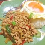 アジアンキッチン サワディー - 鶏のガパオ。