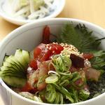 旬彩酒房 夢商人 - 大人気 海鮮まかない丼780円は自家製漬けもの付き。