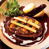 山本のハンバーグ - 「クワトロチーズハンバーグ」ハンバーグの中に2種類、上に2種類で合計4種類のチーズを楽しめる!