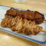 かぶら屋 - 2013.09 つまみは串を3本、タレでシロ(84円)とレバー(84円)♪