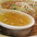 21463154 - 地鶏・豚・野菜・魚介・醤油が融合したスープ。                       どれもが特有の風味を主張せず、かなりスッキリした優しいスープです。