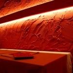 ミートコ - 間接照明がオシャレ。カジュアルながらも、落ち着いた雰囲気を演出しています。