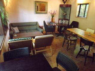 cafe and food COLO - 洋室です。前回同様一番右奥のテーブルに座りました。勿論、和室もあります。h25.9.24撮影