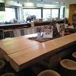 キミノズカフェ - カフェ店内。ウッディな雰囲気と窓から見える緑が最高♪