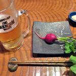 伊達酒場 強太朗 - 生ビール(半分飲みました)& お通し(生野菜の味噌マヨネーズ添え)