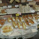 わくわく広場 - パン売り場、ケンミンショーで紹介されたぽてちパンが並びます