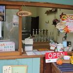 茶夢 - 抹茶ラテと宝登サンドというホットサンドを売っています。