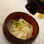 関屋 - コルクを抜くと麺つゆが入っています