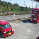 タビカフェトリッパーズ - 駐車場ともう一台のロンドンバス。