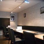 ミートクルセイダーズ - ゆったりとした2階テーブル席。10上で貸切可能です。