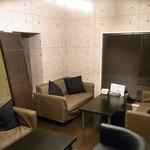 ミートクルセイダーズ - くつろげる人気のソファー個室。お子様同伴の貸切可能です。