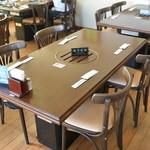 菅乃屋 - テーブル席。焼肉もOK。