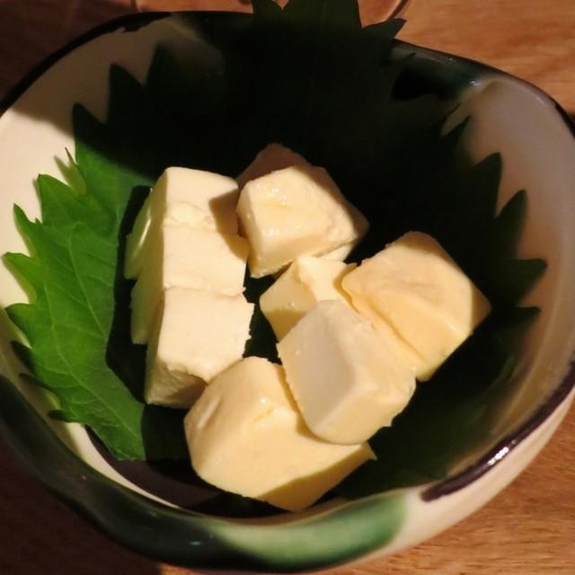 圓谷 - アテはチーズの味噌漬けです。これがまた良く合うのです!