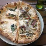 Pizzeria da Ciruzzo - クワトロ・フォルマッジとフンギのハーフ&ハーフにしてもらいました