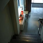 中国料理 新葡苑 - 二階から入り口を見下ろす