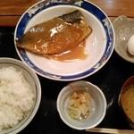 魚寅食堂 - 煮魚定食 600円