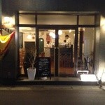 メソン・サルー - ガラス張りのお店です。