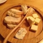 メソン・サルー - チーズ盛り合わせ